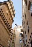 Vista dal basso delle pareti delle costruzioni della grande città Immagine Stock Libera da Diritti