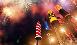 Vista dal basso di lancio di razzi dei fuochi d'artificio nel cielo Fotografia Stock Libera da Diritti