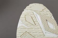 Vista dal basso di una sogliola beige delle scarpe da tennis fotografia stock libera da diritti