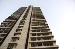 Vista dal basso moderna della torre in paese asiatico immagine stock