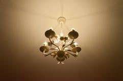 Vista dal basso semplice del candeliere con il fondo del soffitto Immagine Stock