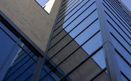 Vista dal basso su costruzione moderna con Windows di vetro fotografia stock