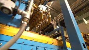 Vista dal basso sul trasporto delle serie di mattoni archivi video