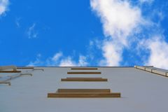 Vista dal basso sulla parete della costruzione Fotografia Stock