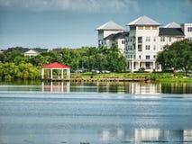 Vista dal bordo del lago nel parco fotografia stock libera da diritti