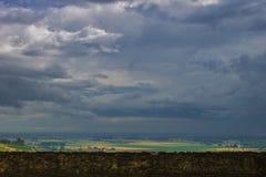 Vista dal castello nella provincia di Parma prima della tempesta immagini stock