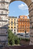 Vista dal Colosseum alle costruzioni di centro città immagini stock