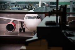 Vista dal corridoio dell'aeroporto imbarco Immagini Stock Libere da Diritti