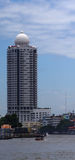 Vista dal fiume Chao Praya sulla torre del condominio del parco del fiume di Bangkok, Bangkok, Tailandia Fotografie Stock