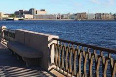 Vista dal fiume di Neva sul ponte della fonderia e sulla costruzione nello stile del costruttivismo - la grande Camera Immagine Stock Libera da Diritti