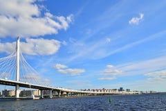 Vista dal fiume di Neva sul ponte e sulla verniciatura di cavo noi Fotografie Stock Libere da Diritti