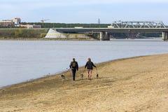 Vista dal fiume sul ponte e sulla strada principale federale M-52 Il rive Fotografie Stock