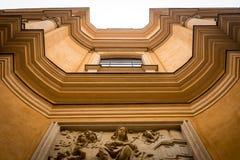 Vista dal fondo della facciata di vecchia costruzione a Varsavia, Polonia fotografie stock libere da diritti