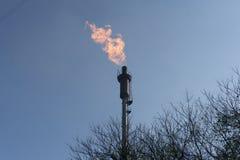 Vista dal fondo della torre del gas fotografia stock