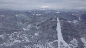 Vista dal fuco delle montagne nevose archivi video