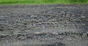 Vista dal fuco nel campo con un terreno arabile nel giorno soleggiato di primavera archivi video