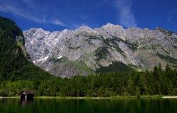 Vista dal Koenigssee verso le alpi Fotografia Stock Libera da Diritti
