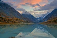 Vista dal lago Akkem sul bordo vicino di Belukha della montagna fra la Russia e Kazahstan durante l'autunno dorato Fotografie Stock Libere da Diritti
