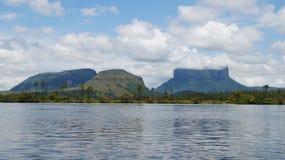 Vista dal lago al parco nazionale di Canaima Fotografia Stock