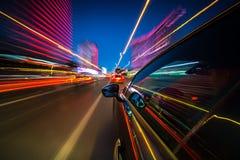 Vista dal lato dell'automobile che si muove in una città di notte Fotografie Stock