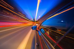 Vista dal lato dell'automobile che si muove in una città di notte Immagine Stock