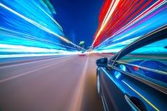 Vista dal lato dell'automobile che si muove in una città di notte Fotografia Stock