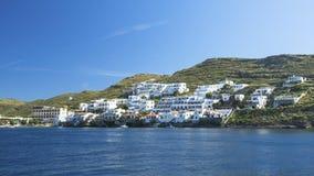 Vista dal mare all'isola di Kythnos in Grecia nave Fotografia Stock Libera da Diritti