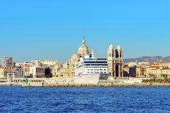 Vista dal mare a Marsiglia, nave da crociera, cattedrale, Francia Fotografie Stock