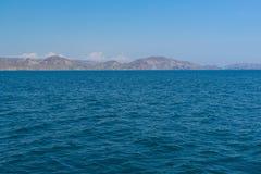 Vista dal mare su una riva rocciosa Fotografia Stock Libera da Diritti