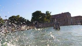 Vista dal motoscafo su Grand Canal con i moli di legno, trasporto a Venezia archivi video