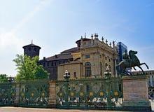 Vista dal Palazzo Reale di Leonardo Da Vinci Museum, su un giorno di Pasqua del cielo blu, Torino, Liguria, Italia fotografie stock