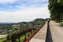 Vista dal parco in Citta Alta a panorama di San Vigilio della collina a Bergamo Fotografie Stock