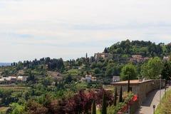 Vista dal parco in Citta Alta a panorama di San Vigilio della collina a Bergamo Fotografia Stock Libera da Diritti