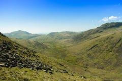 Vista dal passaggio di Wrynose che guarda giù la valle a Knott duro e a Cockley Beck nel distretto del lago, Regno Unito fotografie stock