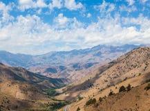 Vista dal passo di montagna di Kamchik (Qamchiq), l'Uzbekistan Immagine Stock