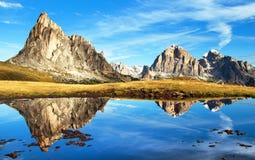 Vista dal passo Giau, lago della montagna, montagne delle dolomia Immagine Stock