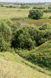 Vista dal pendio della scogliera attraverso la valle al villaggio Fotografia Stock Libera da Diritti