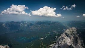 Vista dal picco di Zugspitze su Garmisch-Partenkirchen e Eibsee al rallentatore archivi video