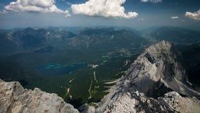 Vista dal picco di Zugspitze su Garmisch-Partenkirchen e Eibsee al rallentatore stock footage