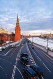 Vista dal ponte alla torre di Vodovzvodnaya del Cremlino di Mosca e dell'argine di Cremlino fotografia stock libera da diritti