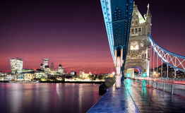Vista dal ponte della torre alla città di Londra dopo il tramonto Fotografia Stock Libera da Diritti