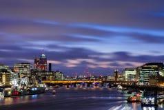 Vista dal ponte della torre su panorama di paesaggio urbano di Londra al tramonto con il HMS Belfast nella priorità alta e ponte  fotografie stock libere da diritti