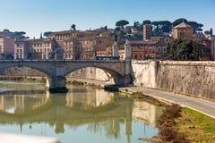 Vista dal ponte di Sant Angelo lungo il fiume del Tevere Immagini Stock Libere da Diritti