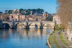 Vista dal ponte di Umberto I a Roma su una mattina soleggiata fotografie stock