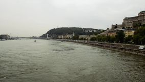 Vista dal ponte sul Danubio e dalla collina del gellert a Budapest video d archivio