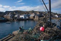 Vista dal porto di Stromness del pilastro di pesca, isole di Orkney Fotografia Stock
