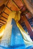 vista dal retro di oro Buddha di menzogne in un tempio fotografia stock
