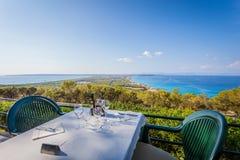 Vista dal ristorante alla collina su panorama dell'isola, Isole Baleari immagini stock libere da diritti