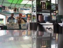 Vista dal ristorante locale tailandese dell'alimento della via, mercato della stalla dell'alimento Immagine Stock