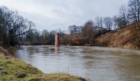 Vista dal Riverwalk in Cernjahovsk, Russia del fiume di Angrapa come raggiunge i livelli di inondazione Fotografie Stock